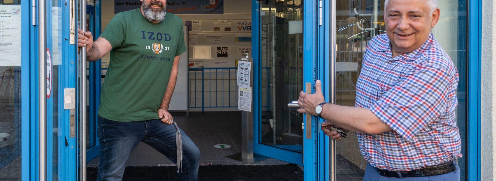 Schwimmeister Sascha Baumert und Bürgermeister Jung heißen Sie willkommen